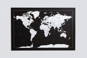 Juodas, detalus pasaulio žemėlapis ant sienos