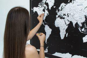 Juodas, detalus pasaulio žemėlapis iš toli