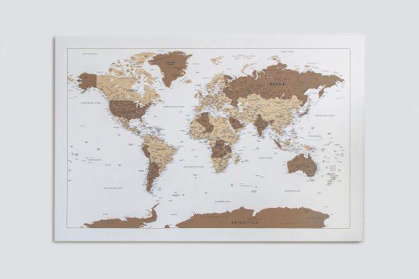 Rudas, detalus pasaulio žemėlapis ant sienos