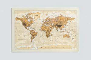 Smėlinis, detalus pasaulio žemėlapis ant sienos
