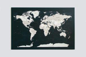 Tamsiai žalias, detalus pasaulio žemėlapis ant sienos
