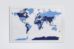 Žydras-mėlynas detalus pasaulio žemėlapis ant sienos